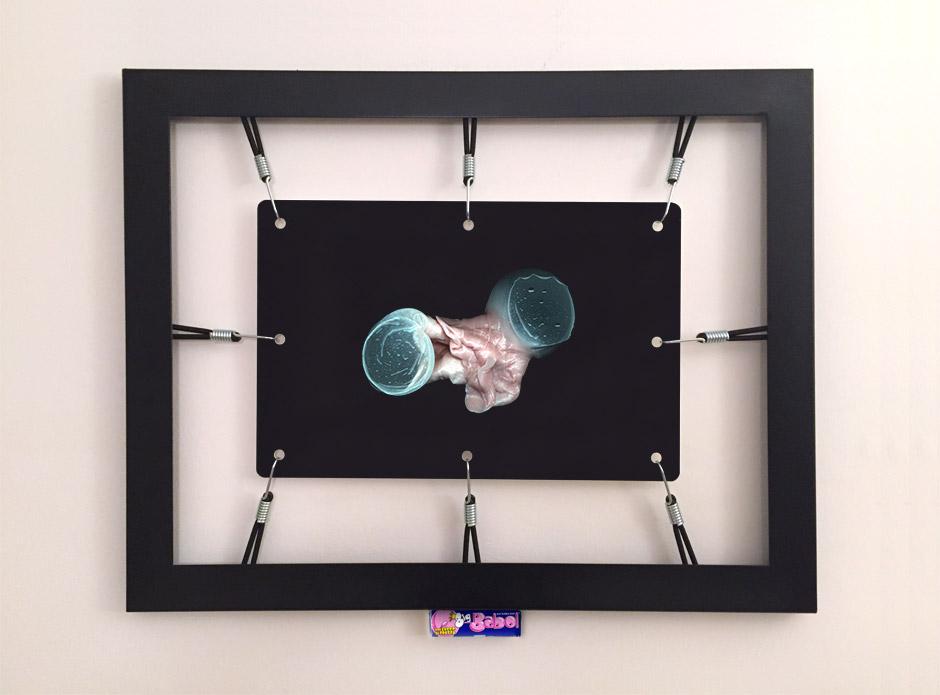 Marotta & Russo: Rubber's Souvenir 07, stampa UV su forex, cornice, corde elastiche, ganci, Big Babol bubble gum, 58x74 cm
