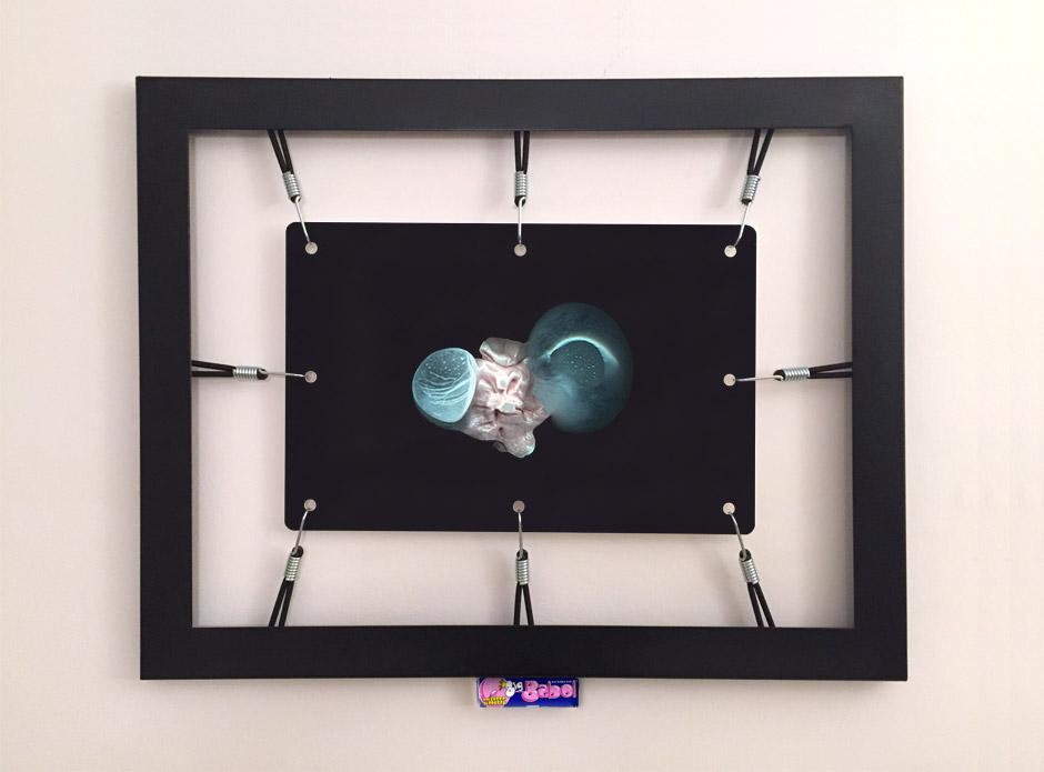 Marotta & Russo: Rubber's Souvenir 08, stampa UV su forex, cornice, corde elastiche, ganci, Big Babol bubble gum, 58x74 cm